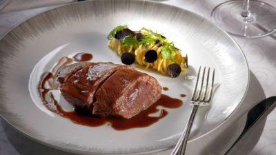 充滿暴力美學的料理秀:源自 19 世紀的法式榨鴨