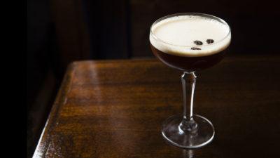 【經典調酒故事】內含咖啡因的當代經典:濃縮咖啡馬丁尼 Espresso Martini
