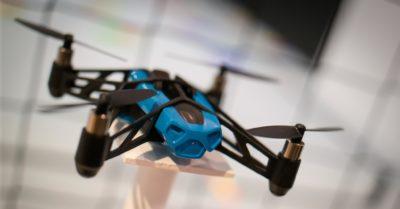 從天而降的包裹:達美樂和 Amazon 測試用無人機送貨